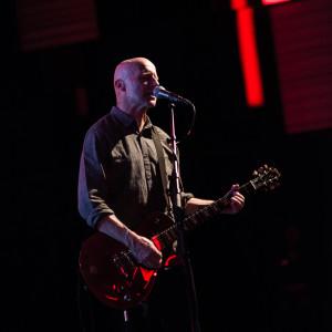 David Rhodes, som spelat med Blancmange även på de äldsta plattorna, lyfte anrättningen ett hack extra med säkert och varierat gitarrspel. Foto: Petter Duvander.