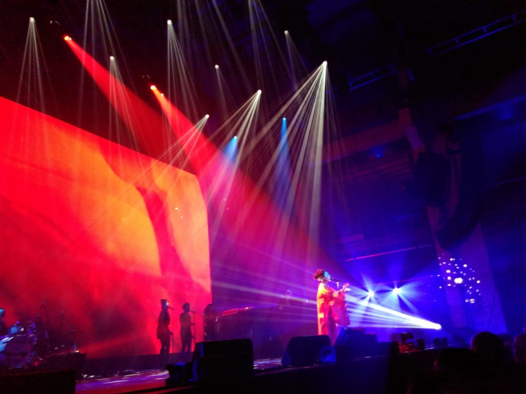 Fifi Rong, gästsångerska när Yello för första gången någonsin spelar live. Berlin, 28 oktober 2016.