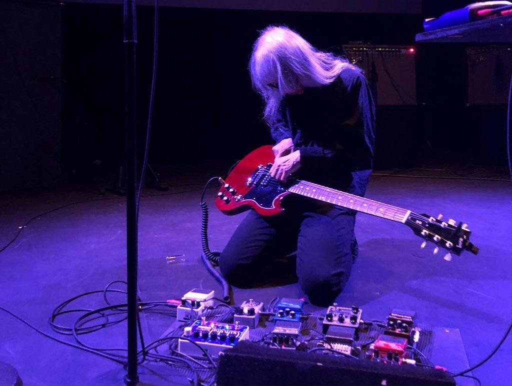 Keiji Haino live på Folkteatern i Göteborg den 15 september 2018. Foto: Martin Sernestrand.