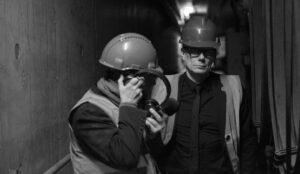 Joakim Montelius och Eskil Simonsson letar ljud i Örtoftaverkets underjordiska bränslekulvert.