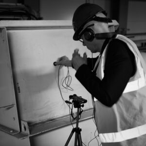 Eskil Simonsson letar tryckluftsljud i bränsleinmatningen på Örtoftaverket.